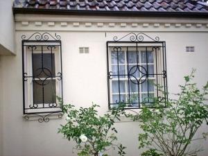 ferforje korkuluklar, ferforje modern pencere korkulukları, ferforje imalatı, ferforje atölyesi,
